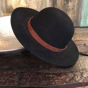 Never Worn - black hat - (58cm)